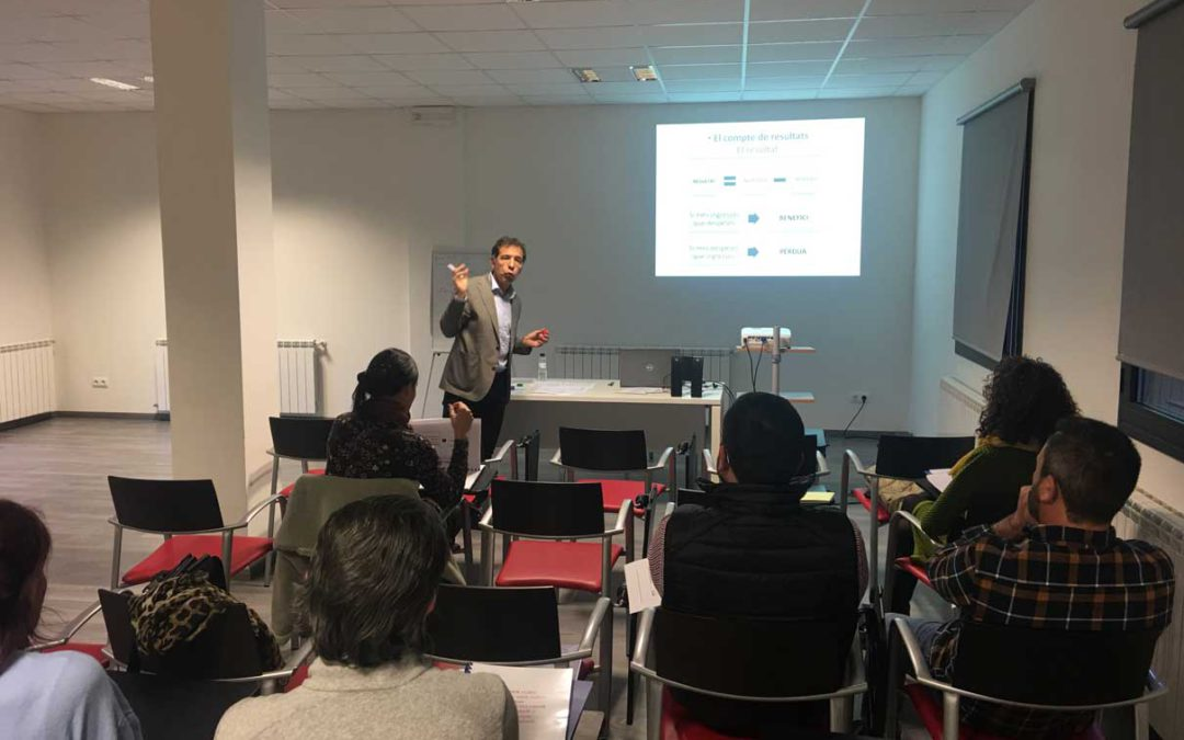 """Bona assistència al curs sobre """"com reduir les despeses"""" al CEI Val d'Aran de Casau"""